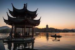 Forntida paviljong för traditionell kines på den västra sjön Arkivbild