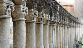 Forntida pelare i rad Royaltyfri Bild