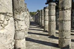 Forntida pelare som byggs av mayasna Arkivbilder