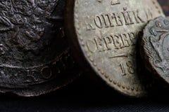 Forntida pengar av det 18th århundradet i den Ryssland närbilden av mynt, symboler av den ryska välden Royaltyfri Foto