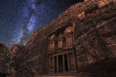 Forntida Petra på bakgrunden av den stjärnklara himlen för natt royaltyfri fotografi
