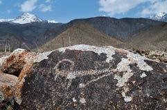 Forntida petroglyph på stenen Arkivbild