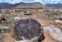 Forntida petroglyph på stenen Arkivfoto