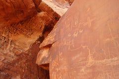 Forntida petroglyphs i dalen av brand Royaltyfri Fotografi