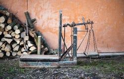 Forntida plattformvåg trä och järnvägningsmaskin Fotografering för Bildbyråer