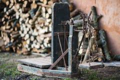 Forntida plattformvåg trä och järnvägningsmaskin Royaltyfri Fotografi