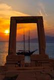 Forntida port av den Apollon templet på ön av Naxos Royaltyfri Fotografi