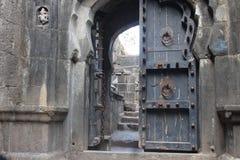 Forntida port av trä och metall arkivbild