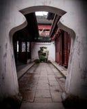 Forntida port i kinesisk tempel Arkivbild
