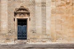Forntida portdörr och gammal vägg Arkivbilder