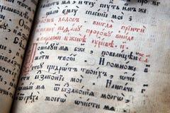 Forntida psaltare med text i gammalt slaviskt språk royaltyfria bilder
