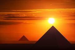 Forntida pyramider i solnedgång Royaltyfria Bilder