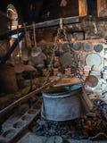 Forntida redskap och härd med en kokkärl i det forntida köket i den Megala Meteora kloster i den Meteora regionen, Grekland royaltyfria bilder