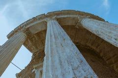 Forntida roman arkitektur för romersk tempel royaltyfria foton