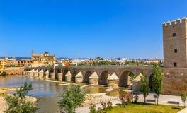Forntida Roman Bridge Entrance River Guadalquivir Cordoba Spanien Royaltyfria Foton