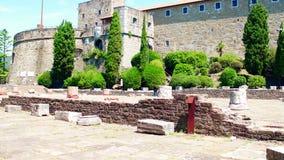 Forntida roman fördärvar nära den San Giusto slotten i Trieste, Italien lager videofilmer
