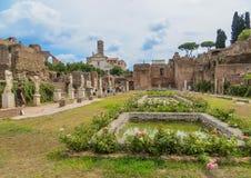 Forntida Roman Forum - hus av Vestaloskulderna royaltyfri bild
