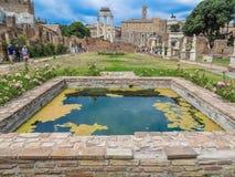 Forntida Roman Forum - hus av Vestaloskulderna arkivbild