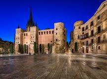 Forntida Roman Gate och Placa nova i morgonen, Barcelona Arkivfoto