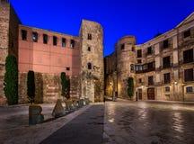 Forntida Roman Gate och Placa nova i morgonen, Barcelona Arkivbild