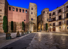 Forntida Roman Gate och Placa nova i morgonen, Barcelona Royaltyfria Foton