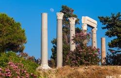 Forntida roman kolonner i Byblos i Libanon Arkivbilder