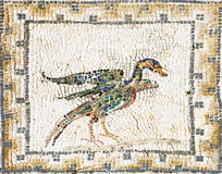 Forntida roman mosaik som föreställer en and royaltyfri fotografi