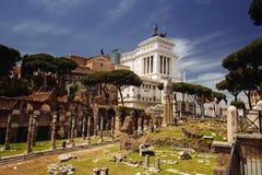 Forntida Roman Ruins And Modern Vittoriano monument, Rome, Italien royaltyfri bild