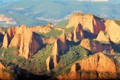 Forntida romareminer fantastiskt liggandeberg Antiguas minas romanas Paisaje de montañas Royaltyfri Bild
