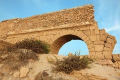 Forntida romersk akvedukt i Ceasarea på kusten av Mediterraen Arkivbild