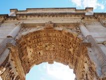 Forntida romersk arkitektur med ljusa blåa himlar royaltyfria bilder