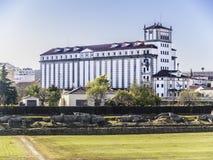 Forntida romersk cirkus för kontrast och fabriksbyggnad Arkivfoto
