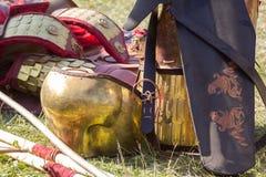 Forntida romersk harnesk av läder och metall som ligger på jordning Arkivbild