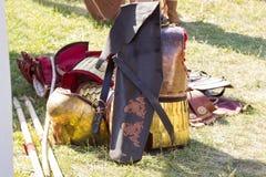 Forntida romersk harnesk av läder och metall som ligger på jordning Arkivfoto