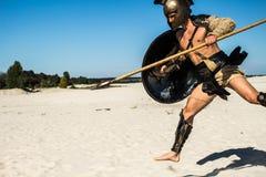 Forntida romersk krigare med ett spjut i ett hopp arkivbilder