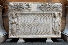 Forntida romersk sarkofag Royaltyfri Bild