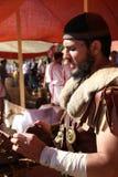 Forntida - romersk soldat och skomakare i harnesk Arkivbild