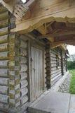 Forntida rysk loghouse Arkivfoton