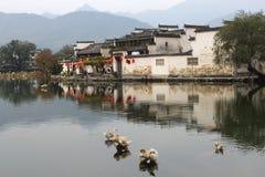 Forntida scenisk by Hongcun (Unesco) längs sjön, Kina Royaltyfria Bilder