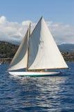 Forntida segelbåt under en regatta på den Panerai klassikern Yac Arkivbild