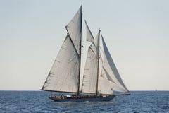 Forntida segelbåt under en regatta på den Panerai klassikern Yac Royaltyfria Foton