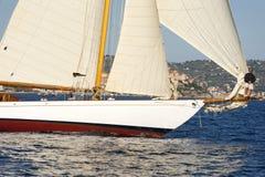Forntida segelbåt under en regatta på den Panerai klassikern Yac Royaltyfri Fotografi