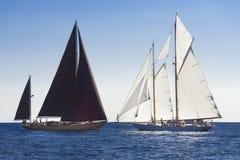 Forntida segelbåt under en regatta på den Panerai klassikern Yac Royaltyfri Bild