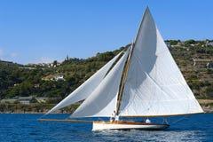 Forntida segelbåt under en regatta på den Panerai klassikern Yac Arkivfoton