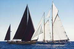 Forntida segelbåt under en regatta på den Panerai klassikern Yac Arkivbilder