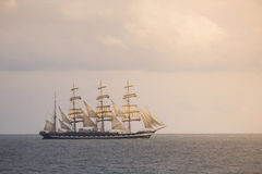 Forntida seglingskepp i havet Fotografering för Bildbyråer