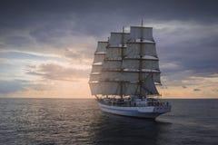 Forntida seglingskepp i havet Arkivbilder