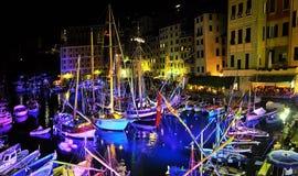 Forntida seglingskepp och festliga belysningar i port Camogli Fotografering för Bildbyråer