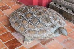 Forntida sköldpadda som snider stenstatyn som åldras över 100 år, viktigt djur i buddism Arkivfoton