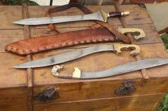 Forntida skarpa romerska vapenknivsvärd som är medeltida eller Arkivfoton